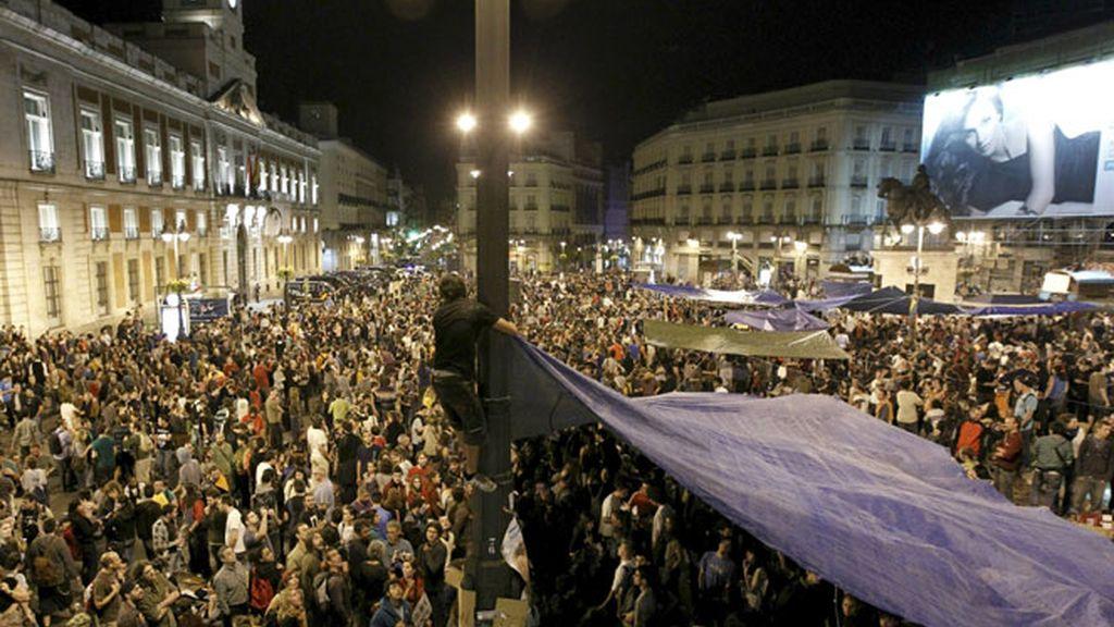 Miles de personas se manifestan en la Puerta del Sol.