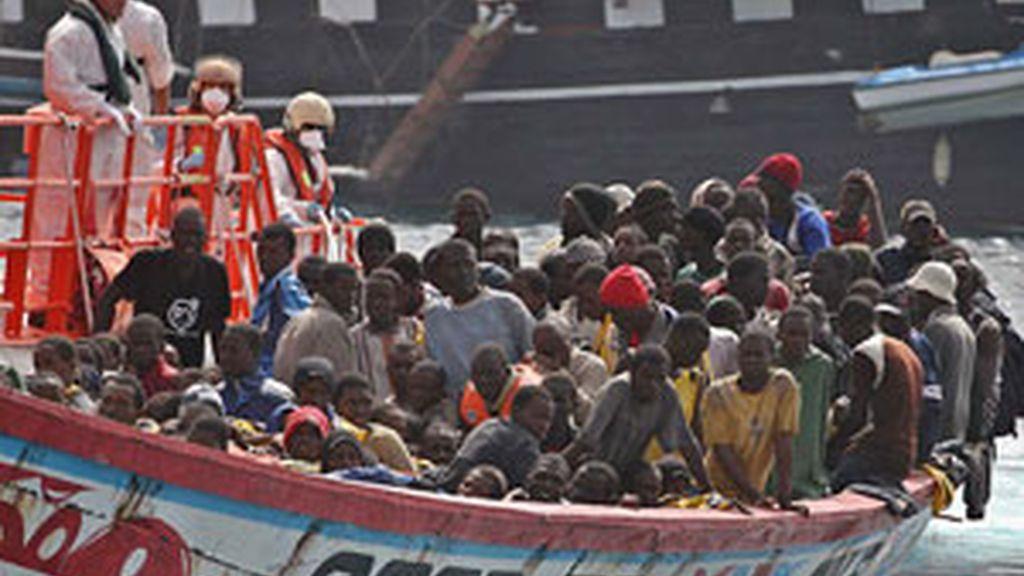Llegada al puerto de Los Cristianos de Tenerife de los 179 inmigrantes, entre ellos 25 posibles menores de edad. Foto: EFE.