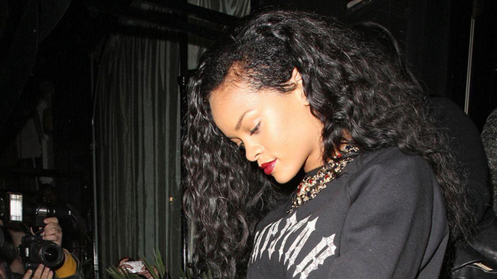 Rihanna, retoma el look 'half-shaved'