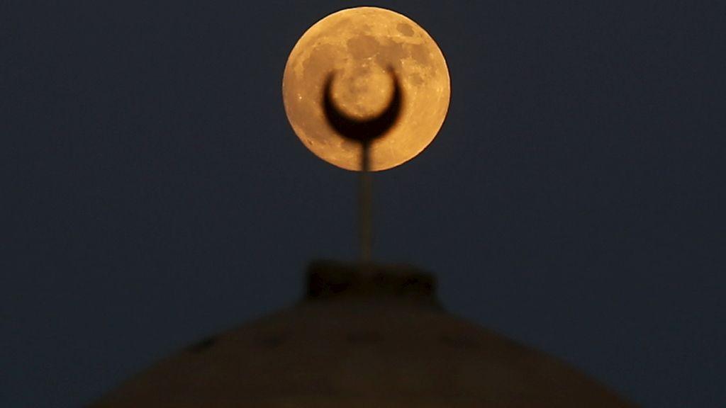 La 'superluna' vista desde una mezquita en Wadi El-Rayan Lake, Egipto