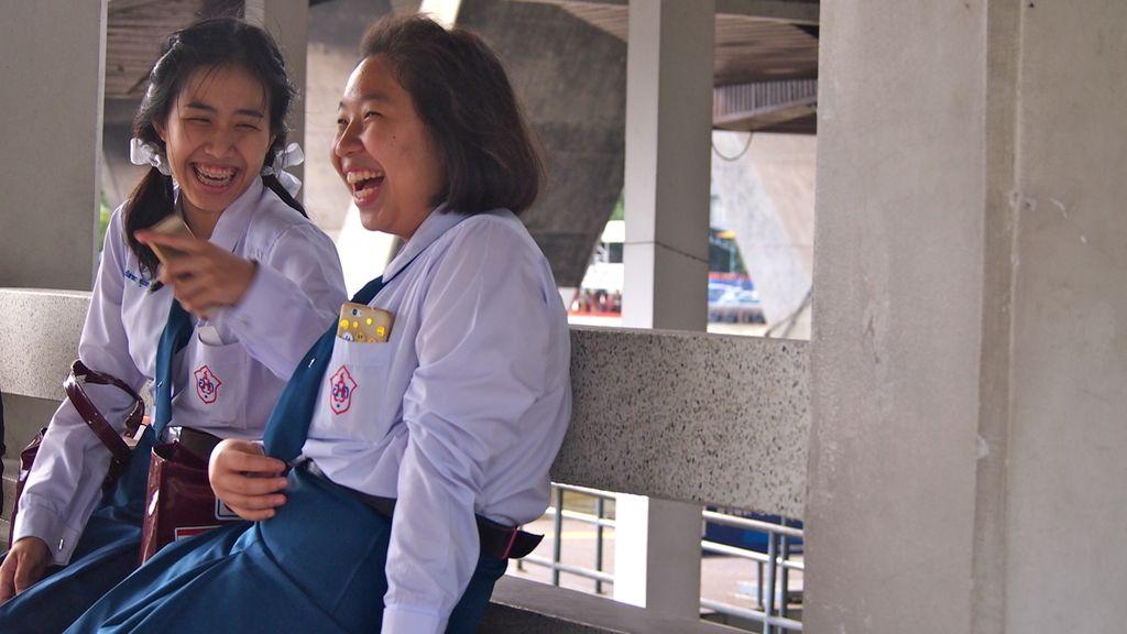 Estudiantes esperando para colarse en el barco del Hotel Mandarin Oriental