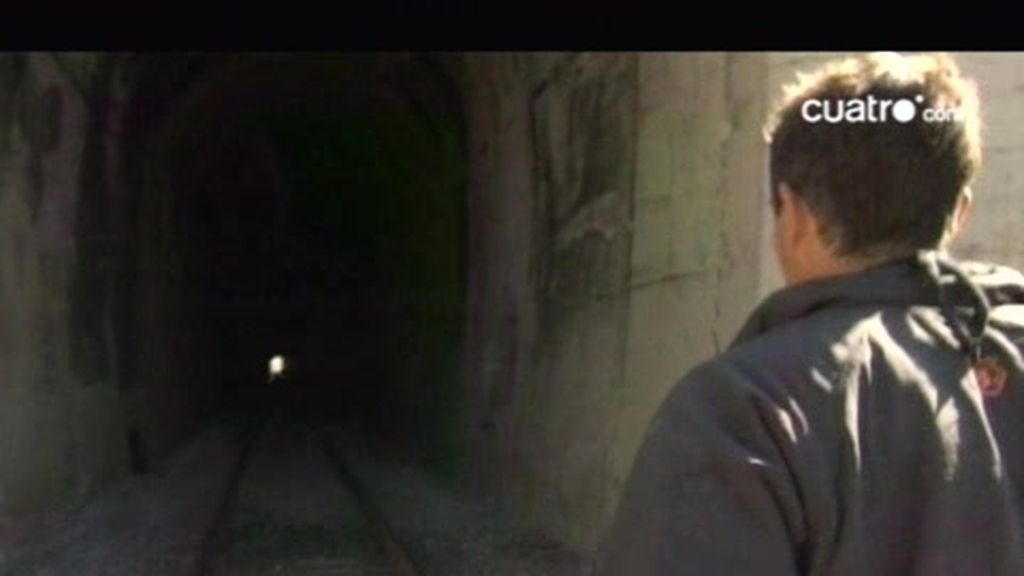 Montana: Un tren casi arrolla a Bear Grills en el interior de un túnel