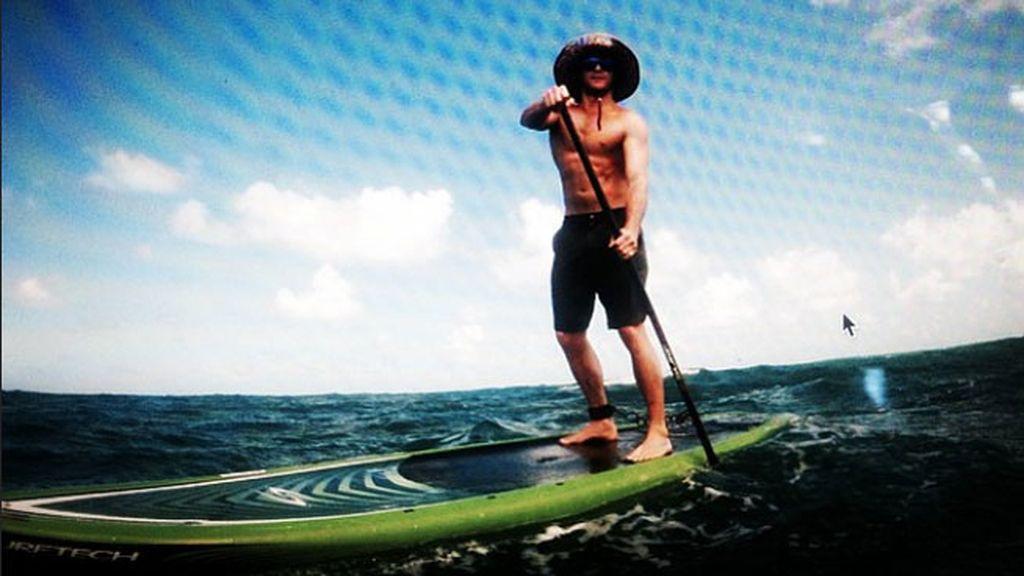 En Hawai también aprovecha para practicar el paddle surf