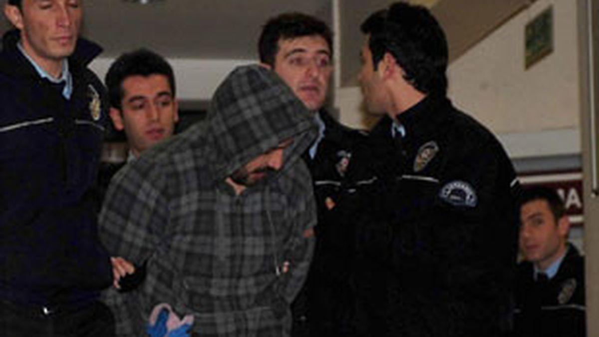 Oficiales de policía turcos detienen al presunto secuestrador. Vídeo: Atlas.