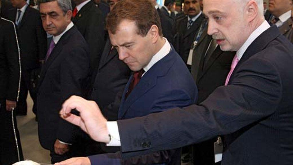El presidente ruso, Dmitri Medvéved, observa uno de los objetos expuestos en el Foro Económico Internacional de San Petersburgo. Foto: EFE