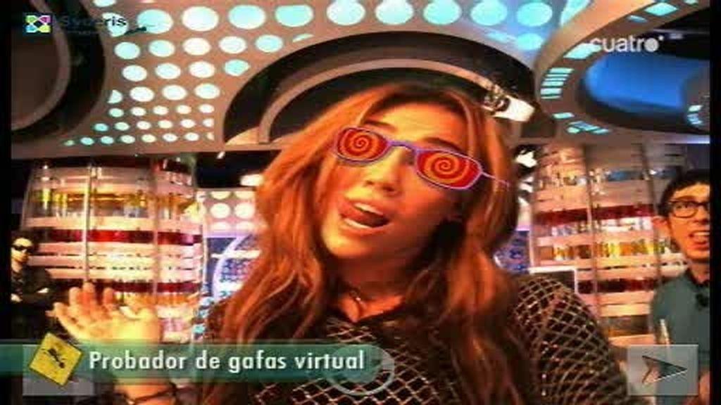 Miley Cyrus se prueba algunas gafas virtuales