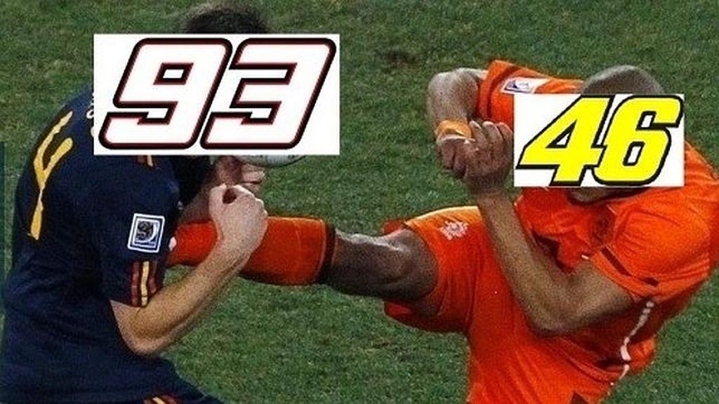 Meme de la patada de Rossi a Márquez