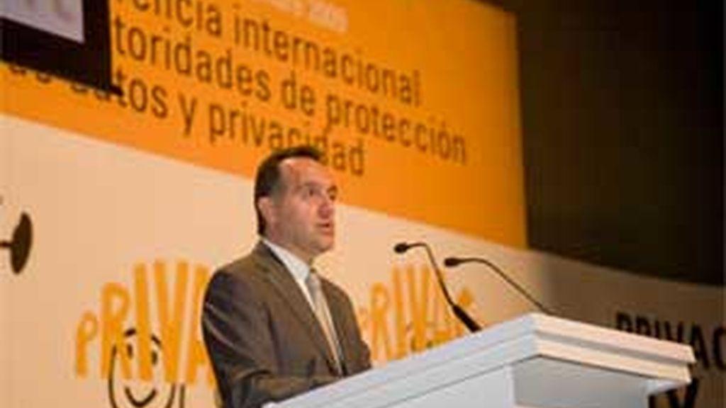 """Artemi Rallo, director de la Agencia Española de Protección de Datos, pide que la resolución se tome como """"referencia y punto de partida"""" para proteger la privacidad. FOTO: EFE"""