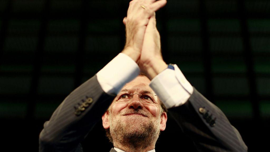 El presidente nacional del PP, Mariano Rajoy, aplaude tras su intervención en la clausura de la Convención Nacional del PP
