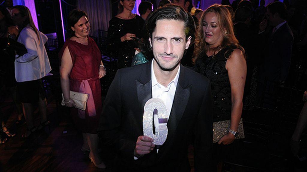 Juan Diego Botto posando con premio al mejor intérprete masculino de cine