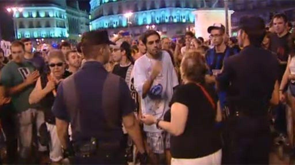 Momento de tensión entre la policía y los manifestantes de Sol