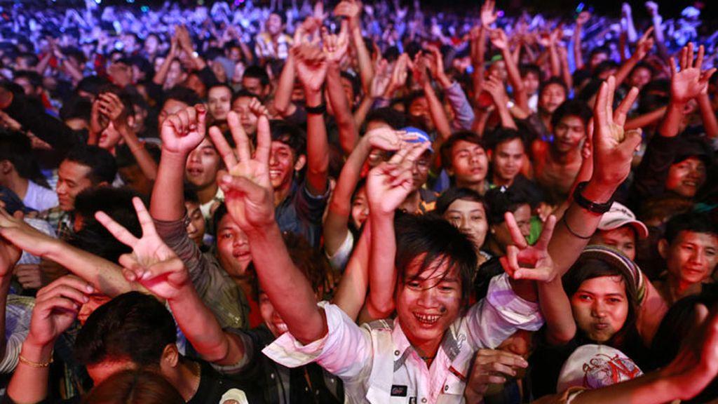 Fiesta multitudinaria en las calles de Birmania para recibir el año