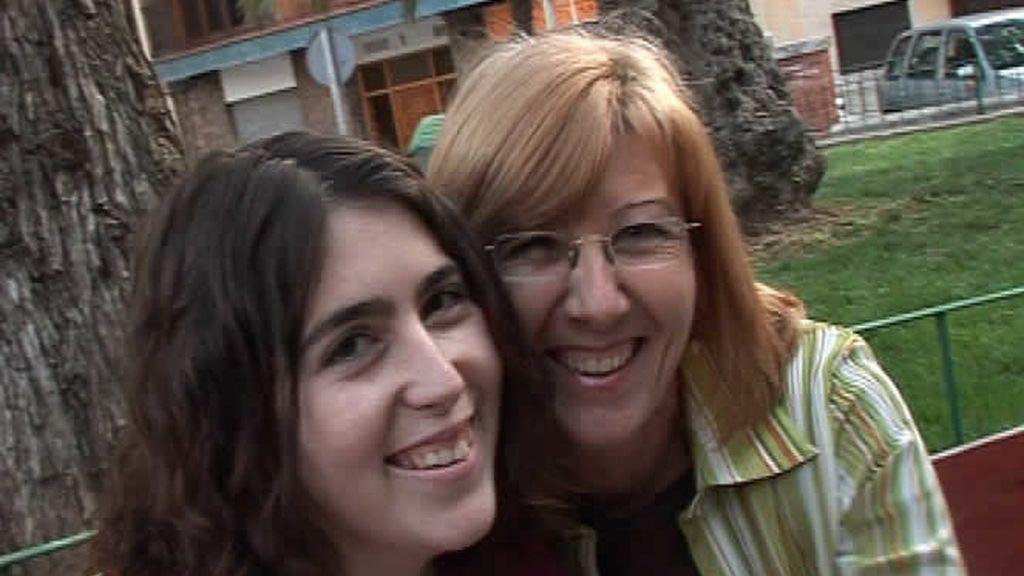 Una pareja de lesbianas sonríe a cámara
