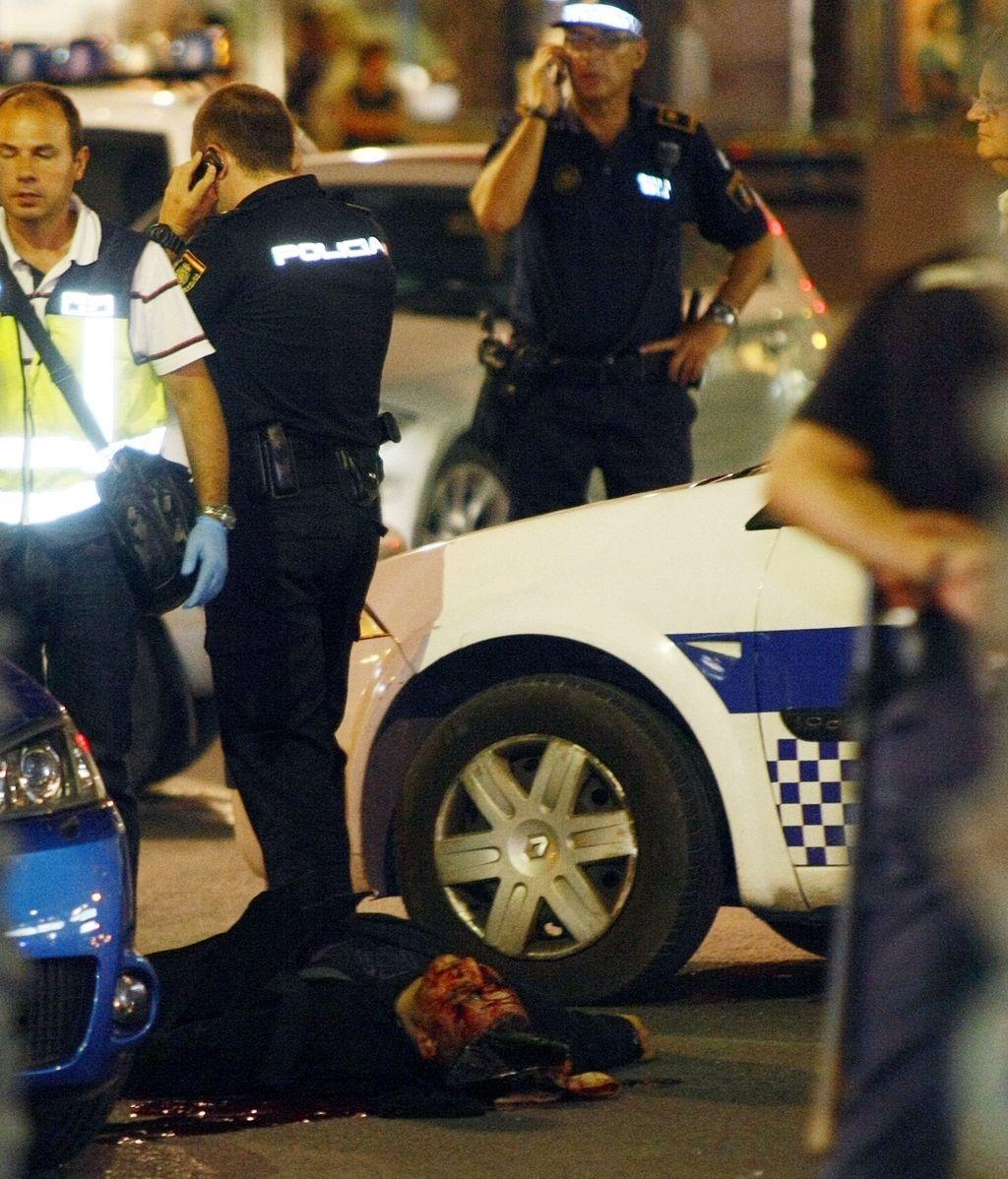 El cuerpo sin vida de uno de los atracadores a una joyería, en una calle de Alicante. Foto: Efe.
