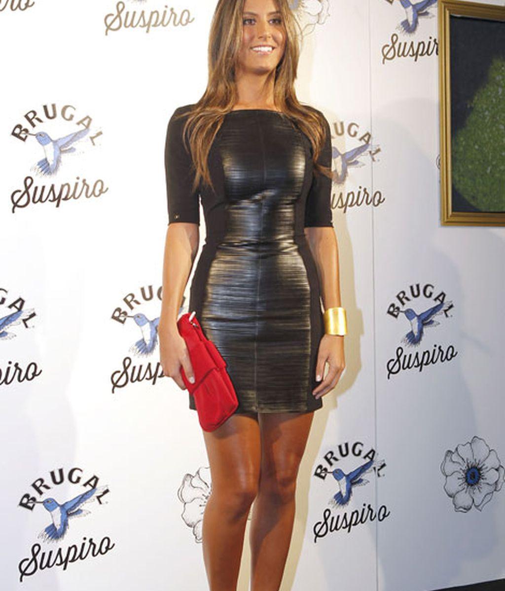 Ana Boyer lució un ajustadísimo vestido negro y clutch rojo