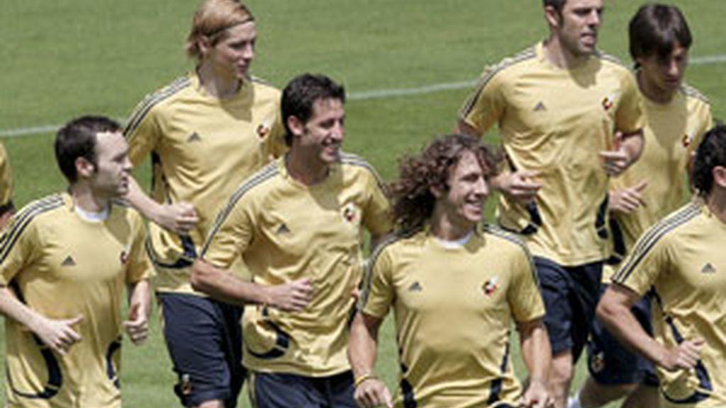 Los jugadores de la seleccion española de fútbol, durante el entrenamiento que realizaron este viernes en el estadio Franz Horr de Viena. Foto: EFE.