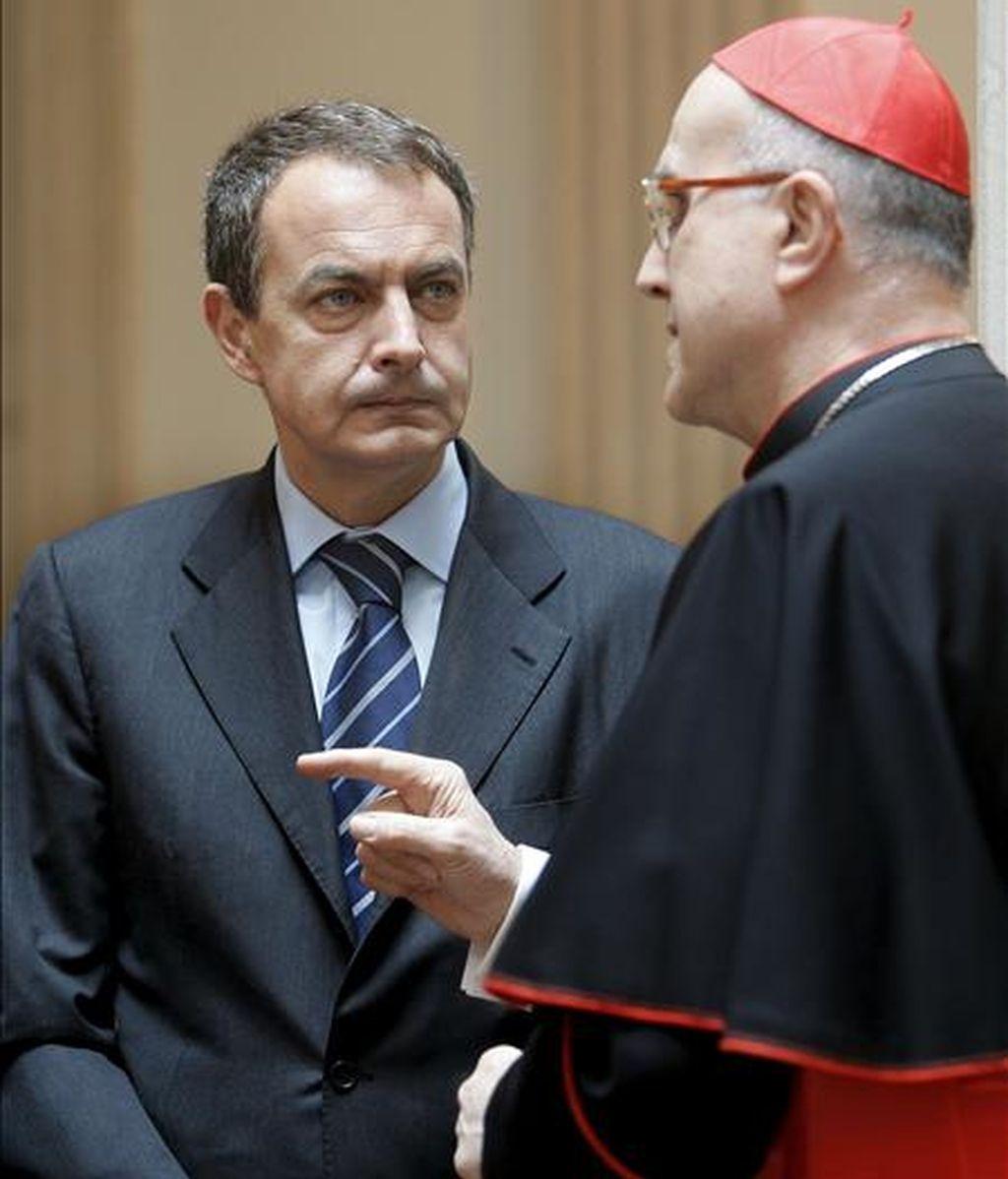 El secretario de Estado del Vaticano, Tarcisio Bertone conversa con José Luis Rodríguez Zapatero. Foto:EFE
