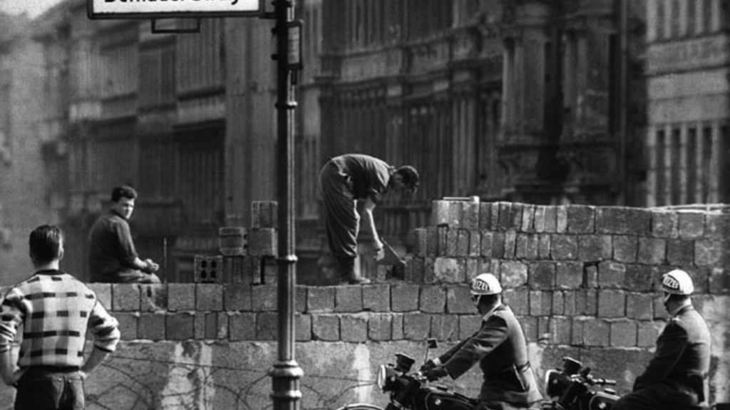 Obreros levantan el Muro de Berlín