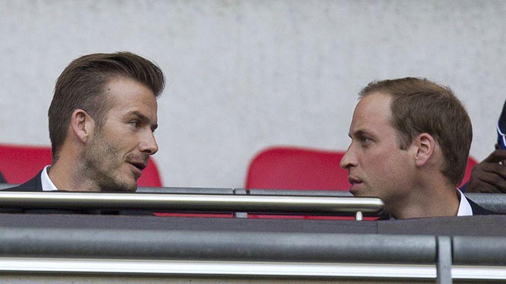 David Beckham y el príncipe Guillermo, apoyando a la selección británica