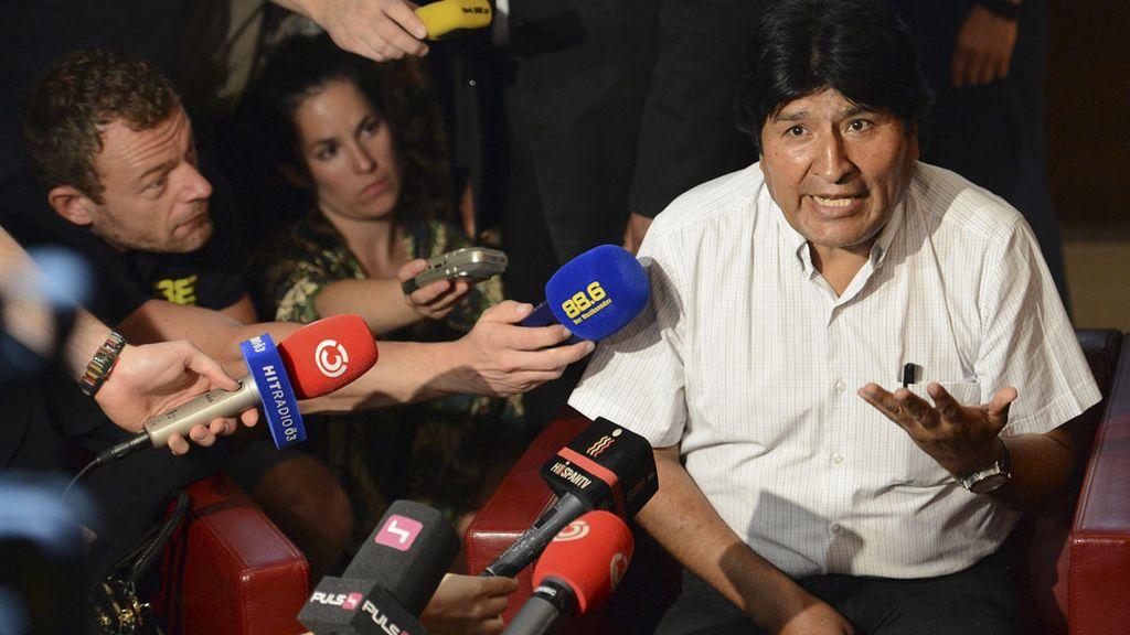 Evo Morales antiende a los medios en el aeropuerto de Viena