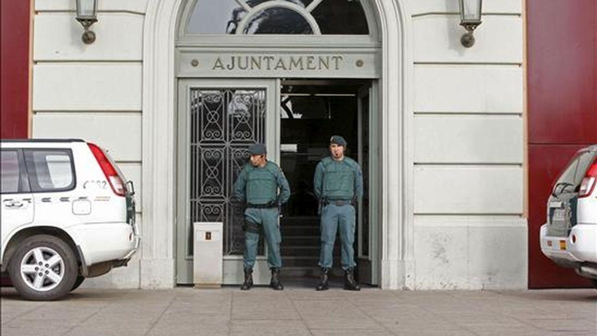 Puerta del Ayuntamiento de Santa Coloma de Gramanet. EFE/Archivo