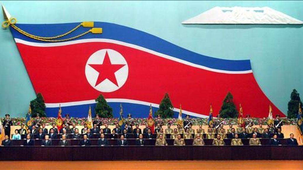 Antiguos oficiales de Corea del Norte celebran hoy una reunión nacional en la casa de la cultura 25 de Abril, en Pyongyang (Corea del Norte), para conmemorar el 16 aniversario de la elección del lider Kim Jong-il como presidente de la Comisión Nacional de Defensa (NDC), el máximo cargo gubernamental del país. EFE