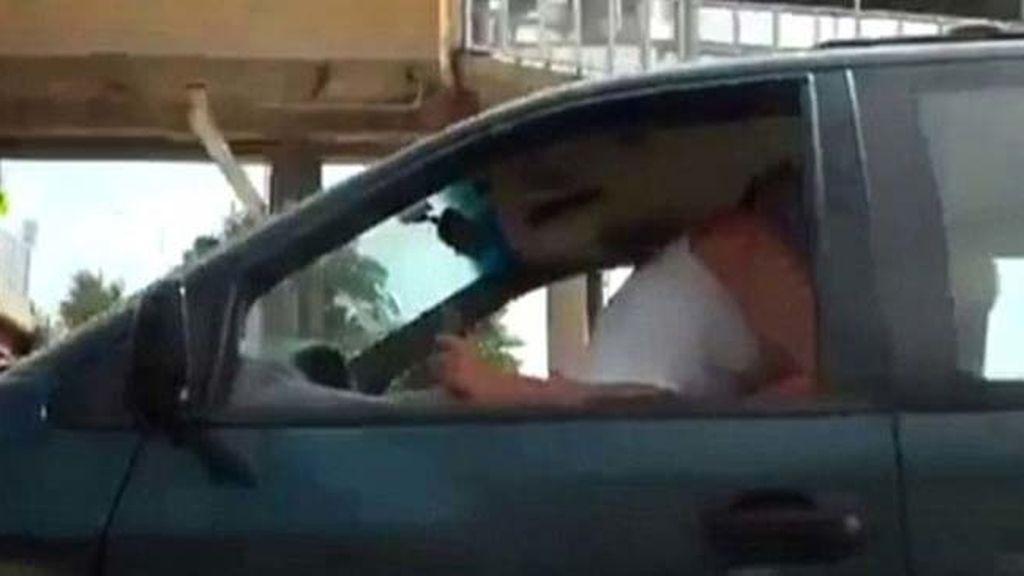 Teniendo sexo en un coche en marcha