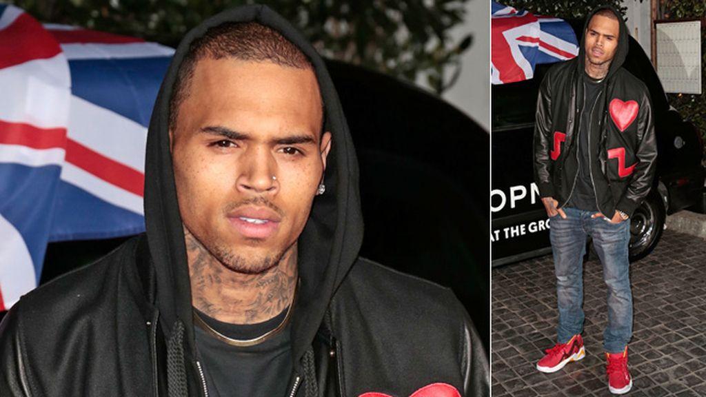 Chris Brown no fue acompañado de Rihanna pero la llevó en su corazoncito