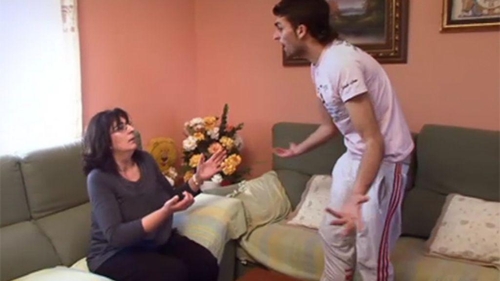Sergio lo paga siempre con su madre a la que tiene aterrorizada