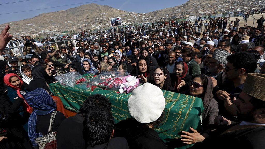 Las afganas desafían la tradición para enterrar a la mujer linchada