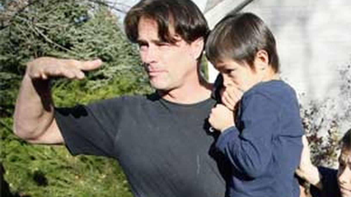 El pequeño Falcon en brazos de su padre. Foto: REUTERS