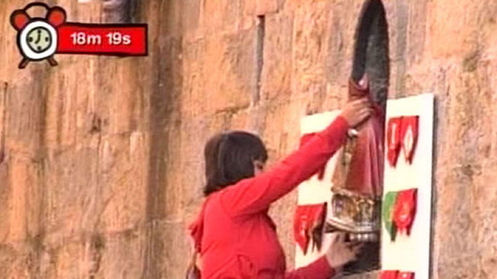 Una joven coloca la figura de San Fermín