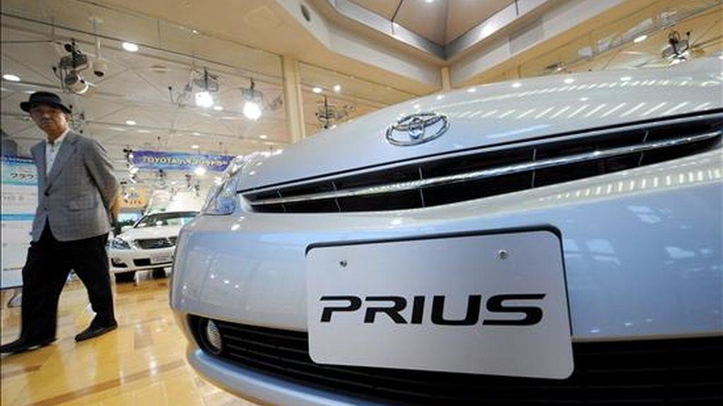 Un cliente se interesa por un vehículo en un concesionario de la marca Toyota, en Tokio (Japón). EFE/Archivo