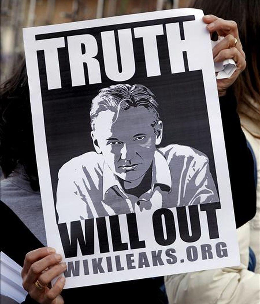 Concentración convocada por la web freewikileaks en defensa de la liberta en Internet y del fundador de la web Wikileaks, Julian Assange, que ha tenido lugar hoy en la Plaza del Ayuntamiento de Valencia. EFE