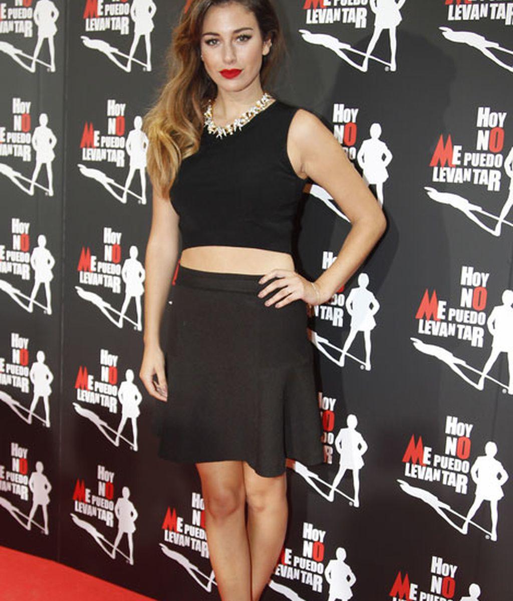 Blanca Suárez también acudió vestida negro con los labios pintados de rojos