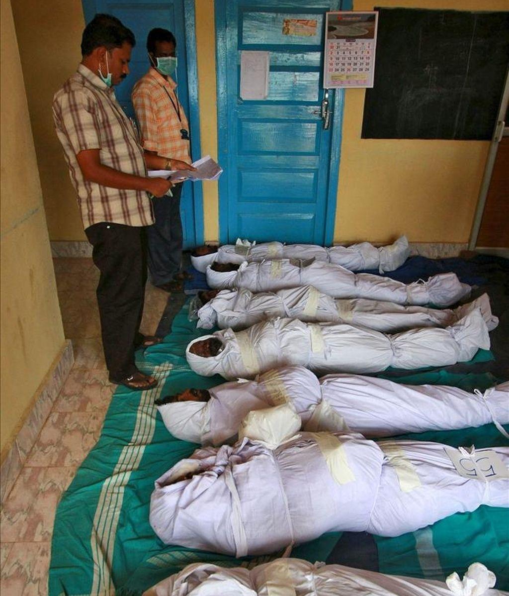 Las autoridades indias intentan identificar a las víctimas de la estampida ocurrida anoche en el sur del país, en Vandiperiyar, distrito de Idukki, a unos 123 kilómetros de Kochi (India). EFE