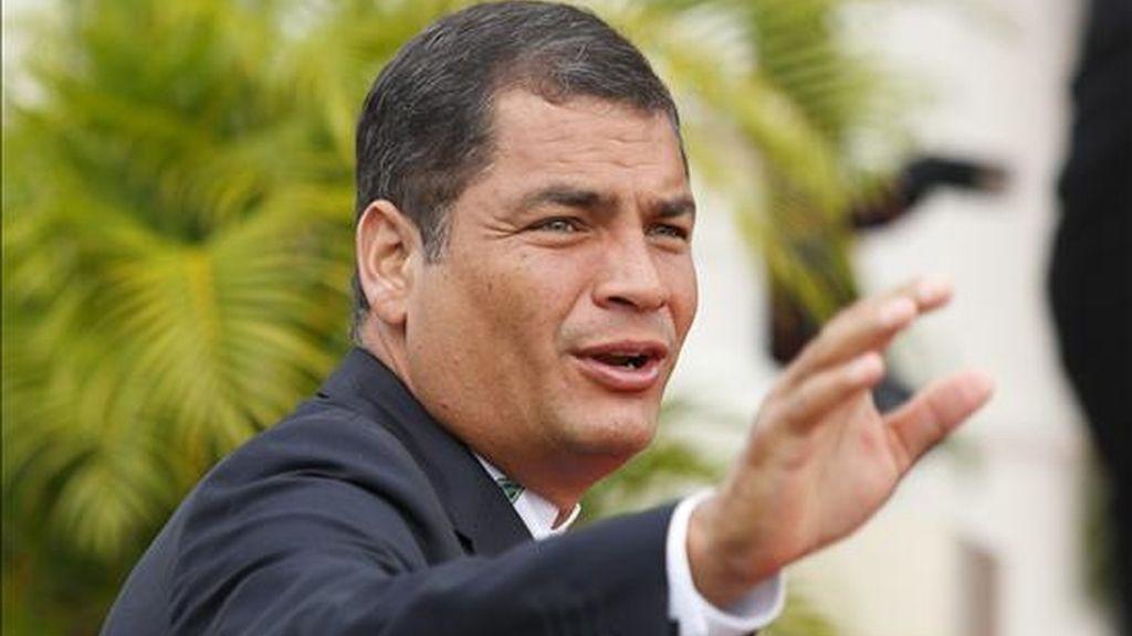 El presidente de Ecuador, Rafael Correa, saluda a la prensa a su llegada hoy a la residencia del primer ministro de Trinidad y Tobago, Patrick Manning, donde tuvo lugar la ceremonia de clausura de la V Cumbre de las Americas. EFE