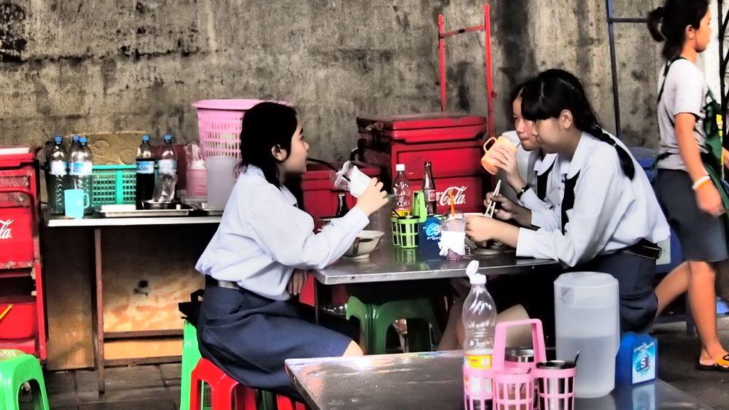 Estudiantes almorzando en la calle