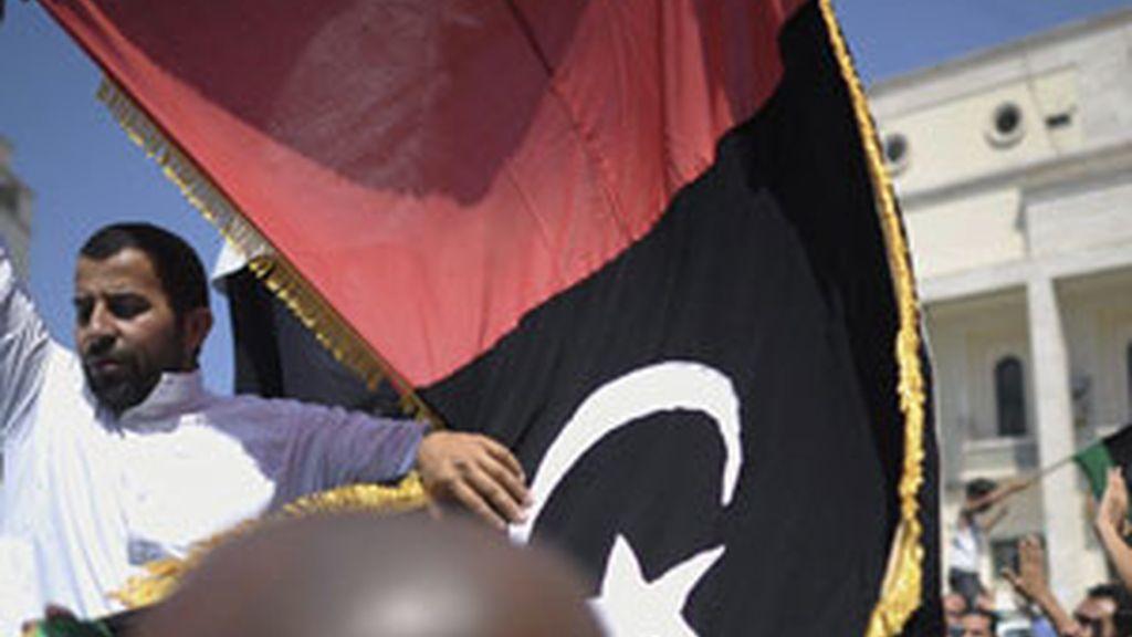 Rebeldes libios se manifiestan tras los rezos del viernes en la Mezquita Al-Kabir de Tripoli, Libia. Foto: EFE