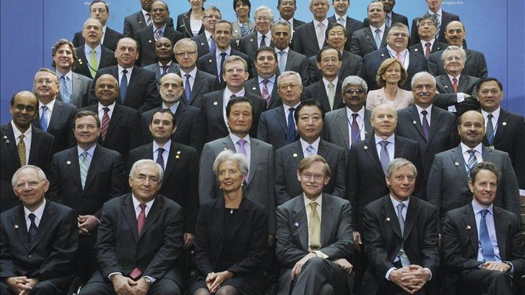 Foto de familia de la reunión de ministros de Economía y Hacienda y de gobernadores de los bancos centrales de los países del G20 en la sede del Fondo Monetario Internacional (FMI) en Washington DC, Estados Unidos. EFE