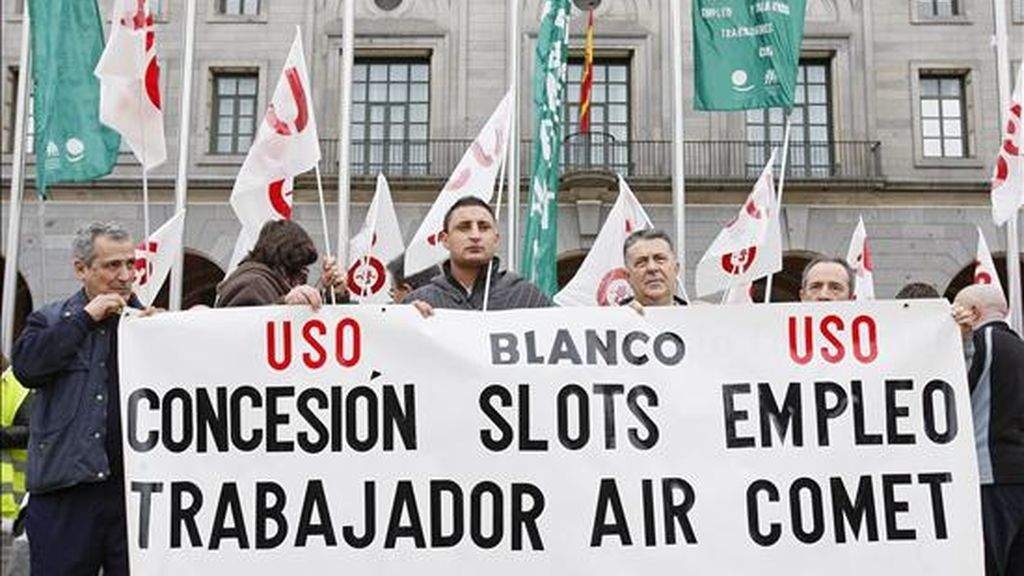 Concentración de los trabajadores de Air Comet ante el Ministerio de Fomento para solicitar apoyo ante la situación generada por el cierre de la aerolínea y el impago de sus salarios de al menos seis meses. EFE/Archivo