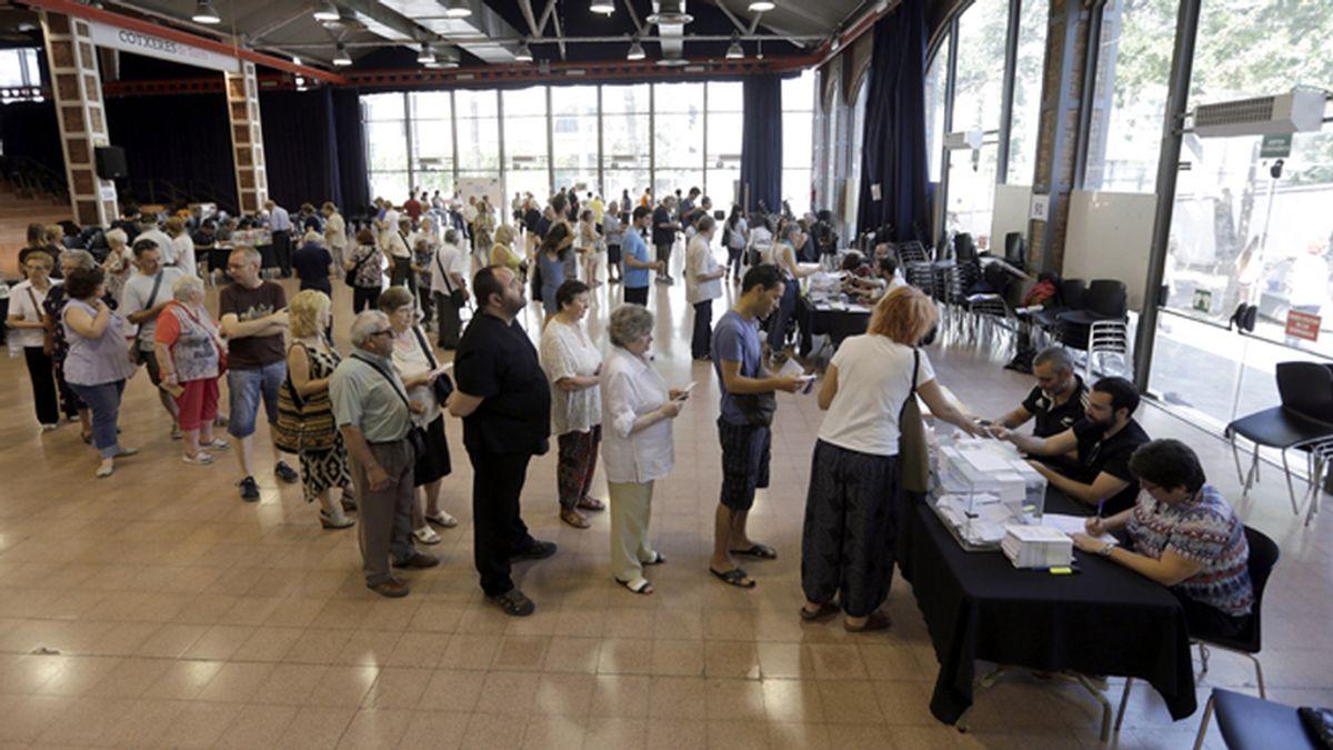 Vista general de la votación en un colegio electoral de Barcelona.