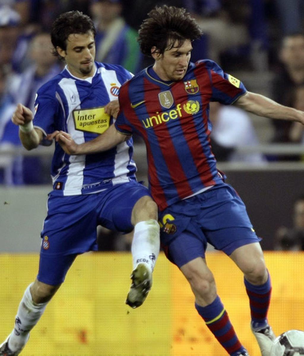 Pareja y Messi pugnan por el balón