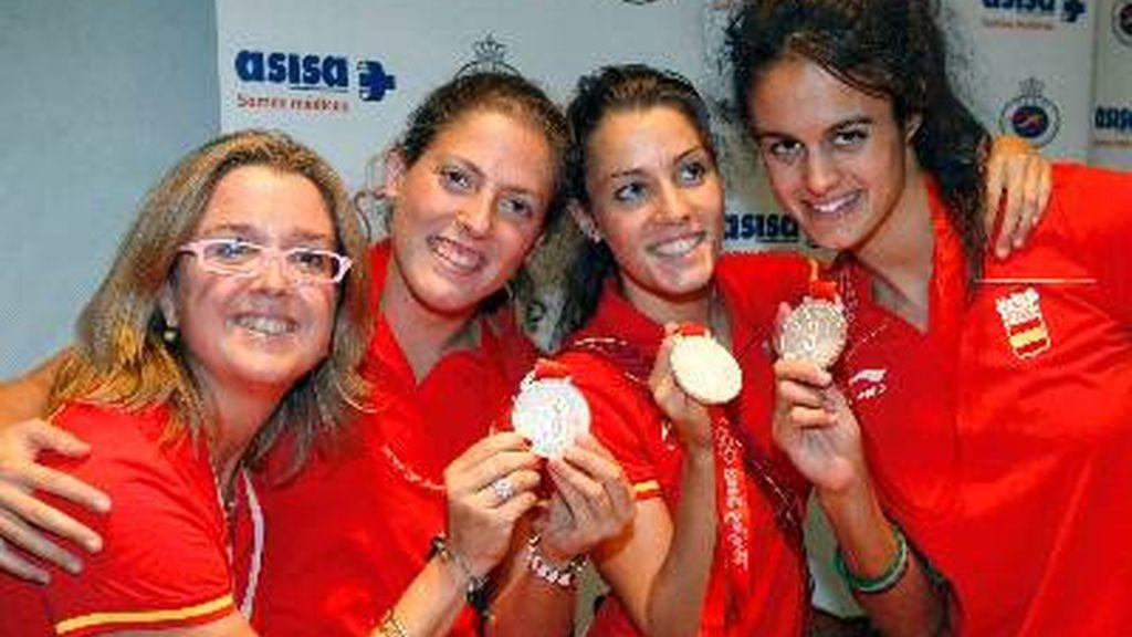 Laura López abraza a Anna Tarrés después de ganar la medalla de plata en los Juegos de Pekín