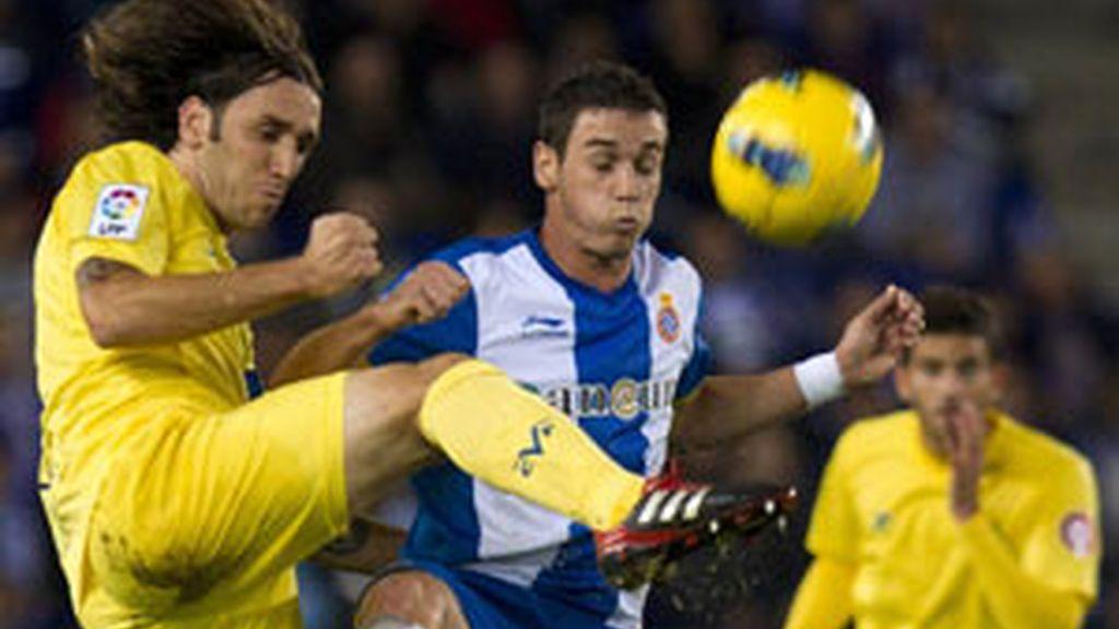 El defensa Gonzalo Rodríguez lucha la pelota aérea con el delantero del Espanyol, Álvaro Vázquez FOTO: EFE