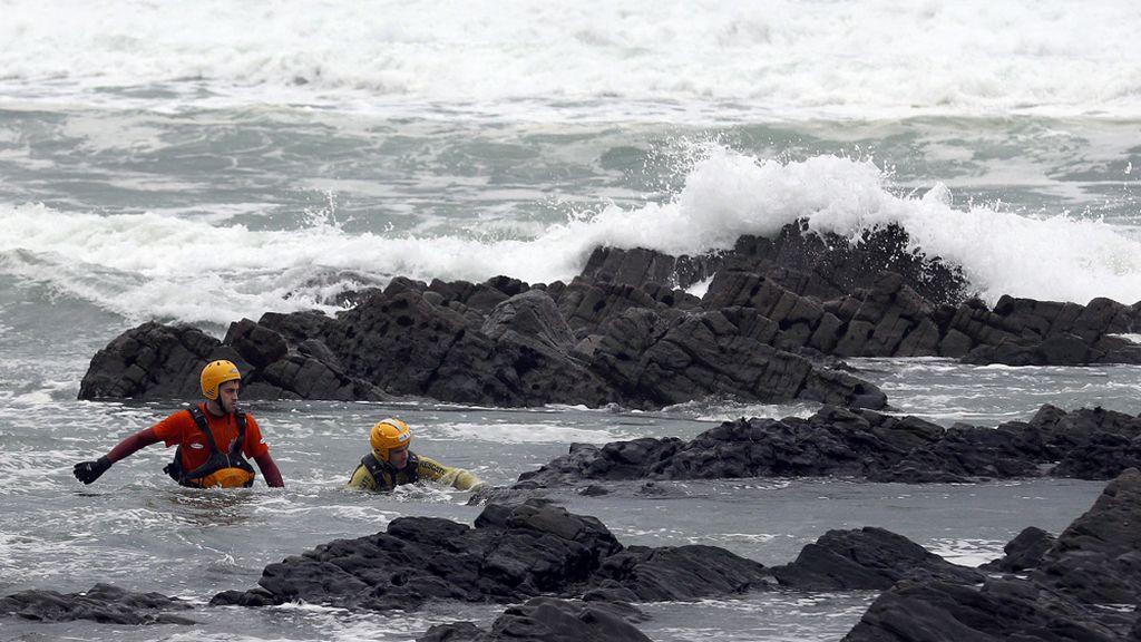 Búsqueda desesperada del bebé de 20 meses arrastrado por una ola en Asturias
