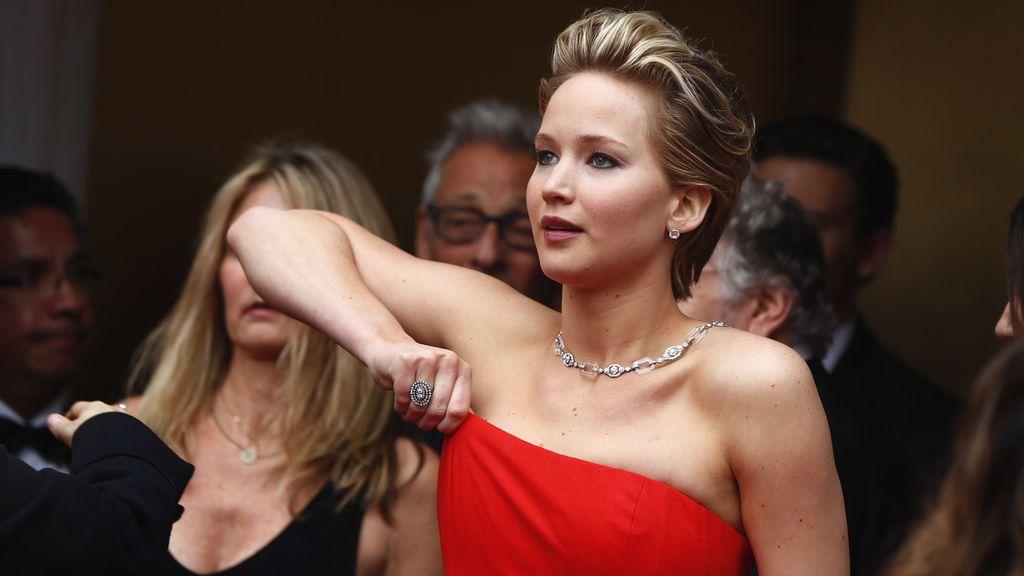 Jennifer Lawrence se recoloca su Dior