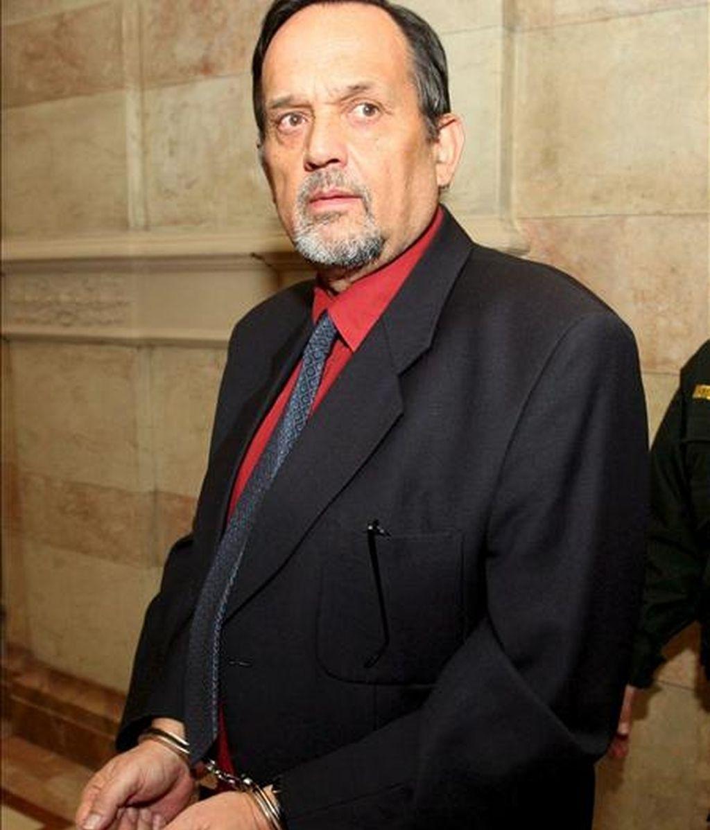 AUSTRIA HOLOCAUSTO:APA061. VIENA (AUSTRIA). 3/12/2007.- El pronazi Gerd Honsik es fotografiado durante su juicio de apelación en Viena, Austria, hoy lunes 03 de diciembre. En 1992, Honsik fue hallado culpable por negar el holocausto y fue sentenciado a 18 meses de prisión. Honsik huyó a España y fue arrestado en Málaga en agosto de 2007 y extraditado a Austria. EFE/Georg Hochmuth