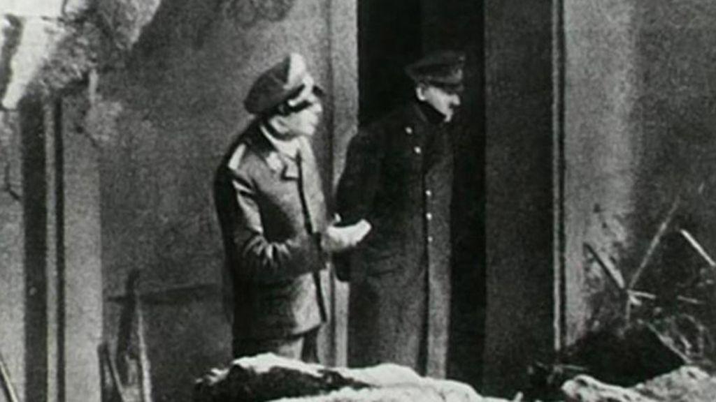 Última fotografía de Adolf Hitler tomada en la puerta del bunker donde se quitó la vida