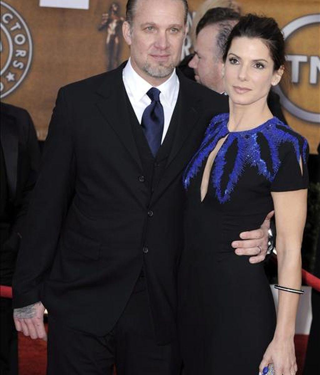 La actriz estadounidense Sandra Bullock y su esposo Jesse James llegan el pasado 23 de enero de 2010, a la 16 entrega de los premios Screen Actors Guild (SAG), en el Auditorio Shrine de Los Ángeles, California (EE.UU.). EFE/Archivo